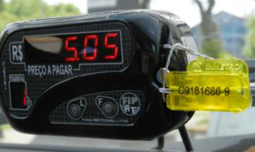 aplicacao-lacres-de-seguranca-controle-registro-de-valores-taximetro-close-fastlock